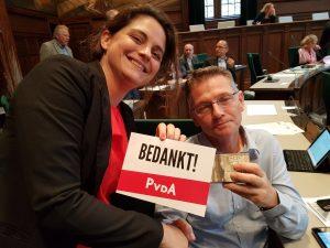 Barbara biedt de kaart aan D66 aan
